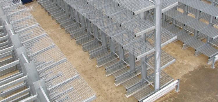Mesh decking on cantilever racks
